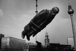 S Denkmmal schwebt über Berlin